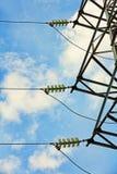 Elektromachtsisolatie tegen van blauwe bewolkte hemel Stock Foto's