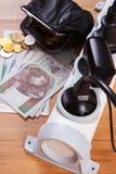 Elektromachtsstrook met het verbonden stoppen en geld van de poetsmiddelmunt, energiekosten Stock Foto