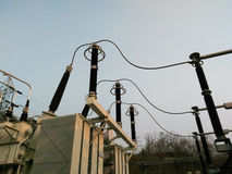 Elektromateriaal in switchyard bij krachtcentrale Stock Afbeeldingen