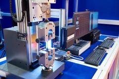 Elektromechanische machines om materialen voor trek te testen, mede stock fotografie