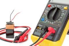 Elektromultimeter om de weerstand te controleren. Royalty-vrije Stock Foto's