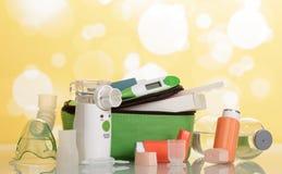 Elektron-netwerk en zak draagbaar inhaleertoestel met automaat royalty-vrije stock afbeelding