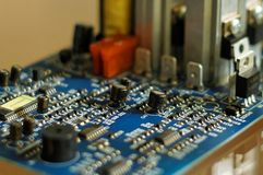 Elektronenmetropool Stuk van elektronisch materiaal - microchips, condensatoren, transistors, weerstanden, zekeringen en andere royalty-vrije stock afbeelding