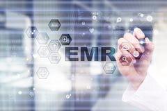 Elektroniczna dokumentacja medyczna ONA, EMR Medycyny i opieki zdrowotnej pojęcie Lekarz medycyny pracuje z nowożytnym komputerem zdjęcia stock