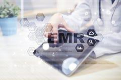 Elektroniczna dokumentacja medyczna ONA, EMR Medycyny i opieki zdrowotnej pojęcie Lekarz medycyny pracuje z nowożytnym komputerem fotografia royalty free