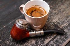 Elektroniczna drymba i filiżanka kawy zdjęcie royalty free