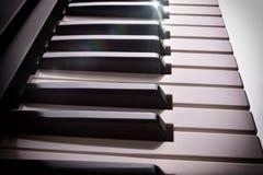 Elektroniczna fortepianowa klawiatura w cieniu z połyskiem wynosił bocznego widok Zdjęcie Stock