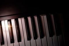 Elektroniczna fortepianowa klawiatura w cieniu z połysku odgórnym widokiem Obraz Royalty Free