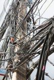 Elektroniczna i kablowa linia, chaotyczny drut na słupie z nieba backgro Obraz Stock