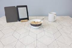 Elektroniczna książka i filiżanka kawy na stole obrazy royalty free