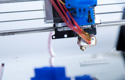Elektroniczna trójwymiarowa plastikowa drukarka podczas pracy, 3D drukarka Zdjęcie Royalty Free