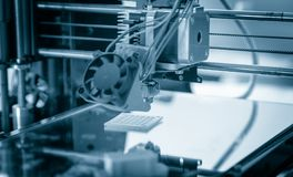 Elektroniczna trójwymiarowa plastikowa drukarka podczas pracy, 3D drukarka, 3D druk Zdjęcie Royalty Free