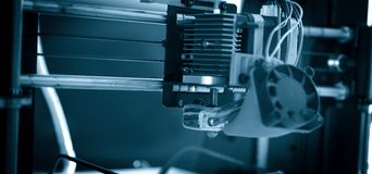 Elektroniczna trójwymiarowa plastikowa drukarka podczas pracy, 3D, drukuje Zdjęcia Royalty Free