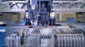 Elektronicznego obwodu deski linia produkcyjna przy nowożytnym laboratorium naukowym 4K zdjęcie wideo