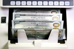 Elektronicznego pieniądze kontuaru maszyna liczy liczy Amerykańskich dolar USA dolarów banknoty Zdjęcia Royalty Free