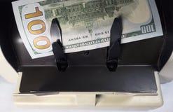 Elektronicznego pieniądze kontuaru maszyna liczy liczy Amerykańskich dolar USA dolarów banknoty Obraz Royalty Free