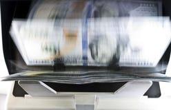 Elektronicznego pieniądze kontuaru maszyna liczy liczy Amerykańskich dolar USA dolarów banknoty, rozmytych, skutek Fotografia Stock