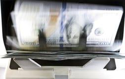 Elektronicznego pieniądze kontuaru maszyna liczy liczy Amerykańskich dolar USA dolarów banknoty, rozmytych, skutek Obrazy Royalty Free