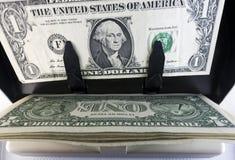 Elektronicznego pieniądze kontuaru maszyna liczy liczy Amerykańskich jeden dollarUS dolarów banknoty Zdjęcie Royalty Free