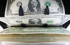 Elektronicznego pieniądze kontuaru maszyna liczy liczy Amerykańskich jeden dollarUS dolarów banknoty Zdjęcia Royalty Free