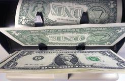 Elektronicznego pieniądze kontuaru maszyna liczy liczy Amerykańskich jeden dollarUS dolarów banknoty Obrazy Stock
