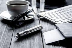 Elektroniczni papierosy i mężczyzna akcesoria na drewnianym tle fotografia stock