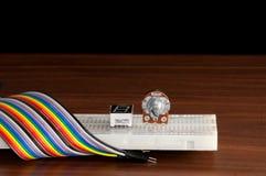 Elektroniczny deskowy Breadboardwith niektóre druty na t i składniki Fotografia Stock