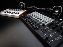 Elektroniczny instrument muzyczny, audio dźwięk lub melanżer wyrównywacz na czarnego tła analogowym modularnym syntetyku lub Fotografia Royalty Free
