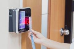 Elektroniczny klucz i palec kontrola dostępu system zdjęcia stock