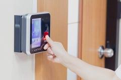 Elektroniczny klucz i palec kontrola dostępu system Zdjęcia Royalty Free
