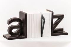 Elektroniczny książkowy czytelnik wśród drukowanej biel pokrywy rezerwuje Obraz Stock