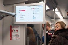 Elektroniczny pokaz, ścienny sztandar i pasażery, Fotografia Royalty Free