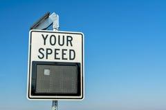 Elektroniczny prędkość znak, niebieskie niebo i Obraz Stock