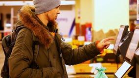 Elektroniczny waży w supermarkecie zbiory
