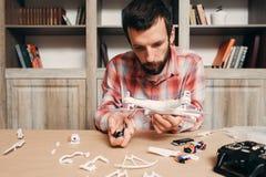 Elektronik av demontert reparera för surr royaltyfria foton