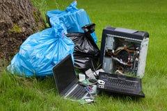 Elektronik i en skog arkivfoton