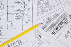 Elektronik och teknik Blyertspenna på utskrivavna teckningar av utvalt Arkivfoton