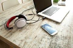 Elektronika en een Laptop computer op een Desktop stock foto's