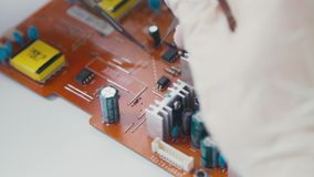 Elektronika en spaander De micro van componentenpcb: weerstanden en condensatoren stock videobeelden