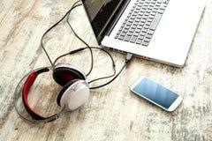Elektronika i laptop na Desktop Zdjęcia Royalty Free