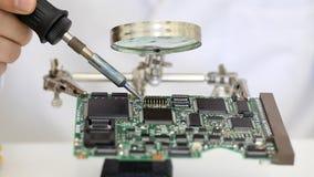 Elektronika inżynier pracuje na obwód desce zbiory wideo