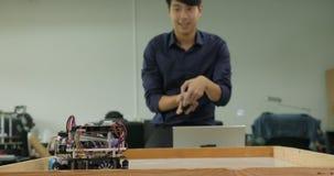 Elektronika inżyniera kontrola i programowania roboty bawić się piłkę nożną zdjęcie wideo