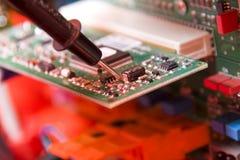 Elektronika. Ingenieur op het werk Stock Afbeelding