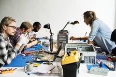 Elektronika technicy pracują na komputerowych częściach obraz royalty free