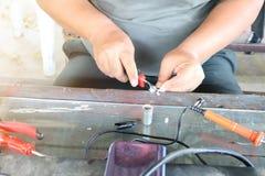 Elektronika technika mężczyźni naprawiają elektrycznych urządzenia Związek łamani druty z lutowniczymi maszynami fotografia royalty free