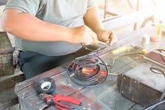 Elektronika technika mężczyźni naprawiają elektrycznych urządzenia Związek łamani druty z lutowniczymi maszynami obrazy royalty free