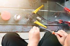Elektronika technika mężczyźni naprawiają elektrycznych urządzenia Związek łamani druty z lutowniczymi maszynami fotografia stock