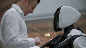 Elektronikaingenieur die, wetenschapperuitvinder bij de robotbouw werken Slow-motion Moderne robotachtige technologie?n stock video