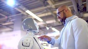 Elektronikaingenieur en robot Hoogwaardige technologieën en robots stock footage