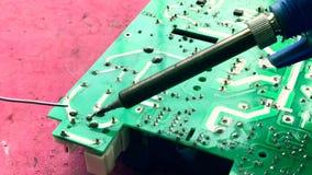 Elektronikatechnicus het solderen stock videobeelden